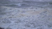 nyomasztó : Slow-motion footage of waves on the Oregon Coast during a windy and stormy day.