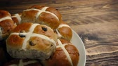 hristiyan : Passing Plate Of Hot Cross Buns On Table Stok Video