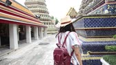 тигр : Beautiful tourist women walking in Thai Buddhist temple travel