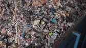 alumínio : Recyclables getting pushed into the beginning of the recycle plant line. Stock Footage