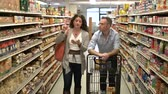 saco : Married couple shopping for groceries