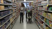 výživný : Married couple shopping for groceries
