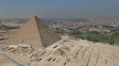 храм : Drone footage of the Pyramids of Giza (Egypt) Стоковые видеозаписи