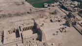 palmiye : View of old Medinet Habu in Egypt (The Mortuary Temple of Ramesses III at Medinet Habu) Stok Video