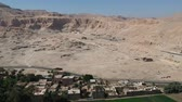 harikalar diyarı : View of old Mortuary Temple of Hatshepsut in Upper Egypt (Thebes) Stok Video