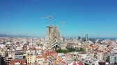 Fliegendes Brummen über Sagrada Familia in der Stadt Barcelona - Eixample District 4k