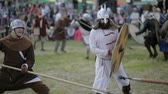 campo de batalha : Opponents fight each other on the battlefield Stock Footage
