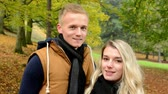 moda : happy couple talk (conversation) - autumn park (nature) - couple smiles (happy) - closeup Stock Footage