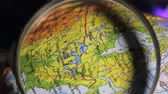 к северу : globe, North America, view through magnifying glass