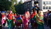 simbolismo : Traditional carnival procession Gabrovo, Bulgaria May 20, 2017 Gourmet folklore. A lot of humor, music, dancing, carnival masks and costumes. Stock Footage