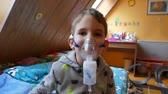 chlapec : Inhalation of a little boy with lung problems from bad air. Dostupné videozáznamy