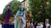 kareler : Street art. Puppets with big dolls playing in the street. Stok Video