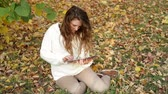 móda : Smiling girl with tablet on the autumn landscape, outdoors