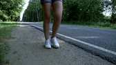 bruto : Female feet walking along road. Woman legs walking on the road Stock Footage