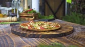 салями : Pizzaillo spreading olive oil crispy crust on hot pizza on kitchen table. Chef cook making italian pizza in pizzeria kitchen. Process preparation and serving food. Traditional italian cuisine, food concept.