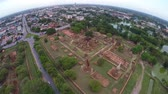 arqueológico : Aerial shot of tourists travelling ancient temple Wat Mahathat in Ayudhaya, Thailand.