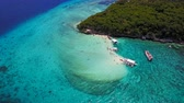 destino de viagem : Aerial view flying over amazing of sandy beach with tourists swimming in beautiful clear sea water of the Sumilon island beach landing near Oslob, Cebu, Philippines.