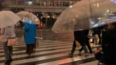kiskereskedelem : Walking people at Shibuya crossing in Tokyo rainy day