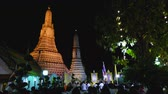 szerzetes : BANGKOK THAILAND - DECEMBER 31 :Thai people and monk join moral pray countdown to 2018 in Wat Arun temple and many temples all over country On December 31, 2017 in Bangkok, Thailand. Stock mozgókép