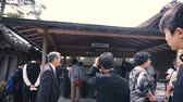 прием : KYOTO, JAPAN - APRIL 28 : People in queue for tickets to buddhist temple golden pavilion Kinkakuji one of the top tourist destination landmark in Kyoto on April 28, 2017 in Kyoto, Japan Стоковые видеозаписи