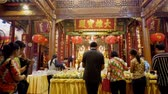 szerzetes : BANGKOK , Thailand - APRIL 13 : Motion time lapse of unidentified people and traveller praying Chinese God at Dragon Temple Kamalavas or Wat Lengnoeiyi on April 13, 2019 in Bangkok, Thailand Stock mozgókép