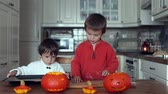 dia das bruxas : Two kids, cutting pumpkins for Halloween