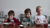 talharim : Three adorable kids, eating spaghetti at home and drinking juice, having fun Vídeos