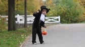 feiticeiro : Cute boy in the park, wearing magician costume for Halloween, having fun