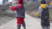 plástico : Two preschool boys, brothers, fighting on the street