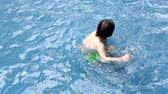 à beira da piscina : Sweet child, boy, swimming in a big swimming pool on a holiday