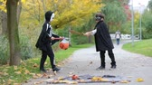 traje : Two children in the park with Halloween costumes, having fun