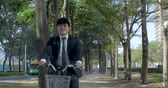 cyclisme : Businessman riding bicycle to work on urban street at morning