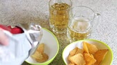 есть : potato chips poured into the cup