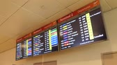 информация : airplane departure and arrival information on electronic display Стоковые видеозаписи