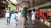 saamhorigheid : SINGAPORE , january 15, 2020. people crossing street in Orchard Rd, Singapore. Stockvideo