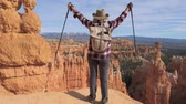 геология : A Hiker Woman Raises Her Hands, Standing Over The Edge Of The Bryce Canyon