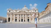 посещающий : Happy young family at St. Peters Basilica church in Vatican city, Rome. Travel father and kid on european vacation in Italy.