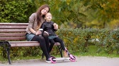 parentalidade : Family vacation in fall. Adorable little girl and mom enjoy fall day in autumn park outdoors