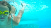пловец : Adorable little girl in the swimming pool underwater