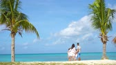 quatro pessoas : Parents with two kids enjoy their caribbean vacation on Antigua island