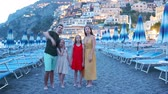 vibráló : Family in front of Positano on the Amalfi coast in Italy in sunset