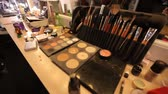 sombras : Reflection in the mirror of a girl model in an art studio. Professional cosmetics makeup artist on the table
