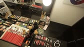 çanta : Professional cosmetics in the salon of a make-up artist. Luxurious make-up cosmetics Stok Video