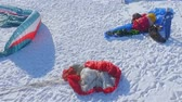 planeur : preparation for winter paragliding competition on a frozen lake near the city park. Vidéos Libres De Droits