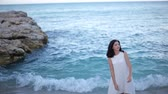 aristocrático : beautiful girl in white dress is standing in the sea Stock Footage