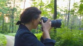 dráha : Professional nature photographer taking pictures using a digital SLR camera - slow motion, hand-held shot, ProRes