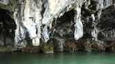 jaskinia : stalactites at the foot of islands in the ocean. Wideo
