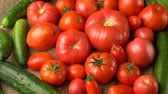 красный фон : Footage red tomato and cucumber rotation background. Стоковые видеозаписи
