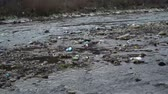уродливый : Rubbish on the river. Garbage in a mountain river. Environmental pollution. Pollution of nature. Ecological catastrophy. Non-degradable plastic.