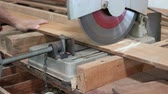 cirkelzaag : compound miter saw cutting wood plank in carpentry workshop Stockvideo